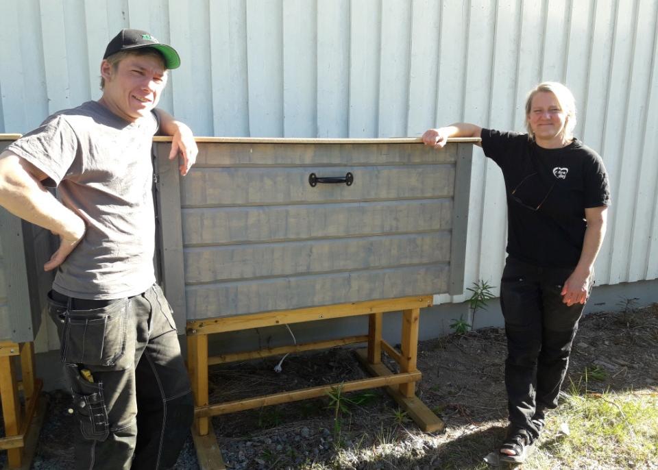 Startbilden: Erik, Örn Bygg & anläggning, och Peggy, Slussforsboa, visar en av de två landsbygdsvaruboxarna.